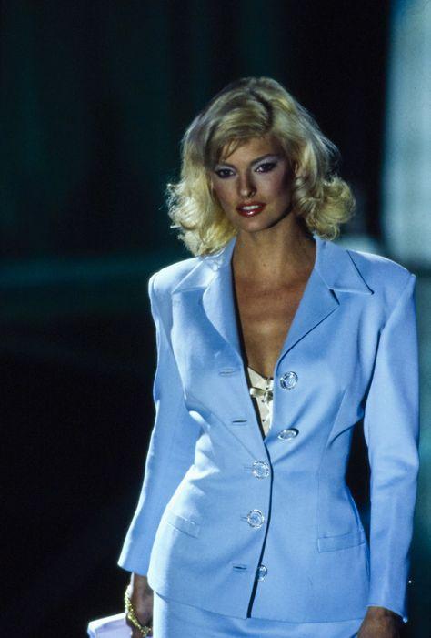Versace Spring 1995 Ready-to-Wear Accessories Photos - Vogue Linda Evangelista