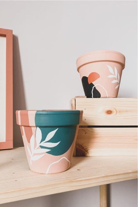 Whether you want to add some decoration to your terracotta pots or you want to transform your planters with a hand painted boho vibe… check out these awesome home DIY painted flower pot ideas for inspiration to make yours perfect! #paintedflowerpot #gardenideas #diy #gardenprojects Painted Plant Pots, Painted Flower Pots, Painting Terracotta Pots, Paint Garden Pots, Terracotta Plant Pots, Decorated Flower Pots, Garden Art, Pottery Painting, Diy Painting