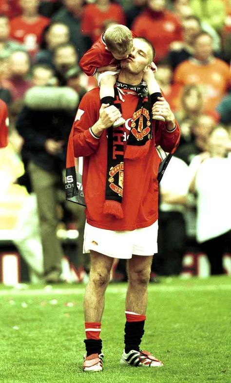 David Beckham, playing for his then-team Manchester United, brought his eldest son, Brooklyn, onto the field in April 2001 to celebrate winning the FA Carling Premiership Trophy.