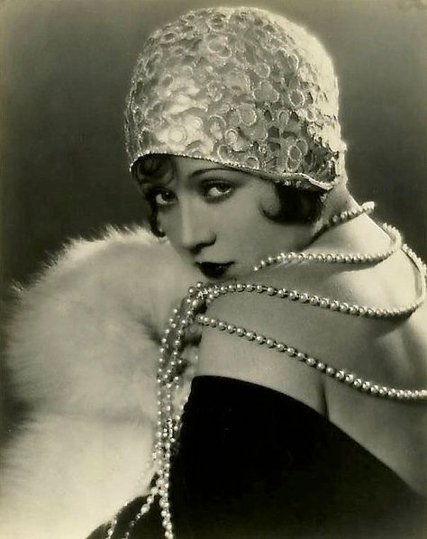 Flapper fashion…Marie Prevost Love the embellished, brimless cloche! Pearls and fur. Glamour Vintage, Vintage Beauty, Vintage Ladies, 1920s Glamour, Foto Fashion, 20s Fashion, Fashion History, Vintage Fashion, Flapper Fashion
