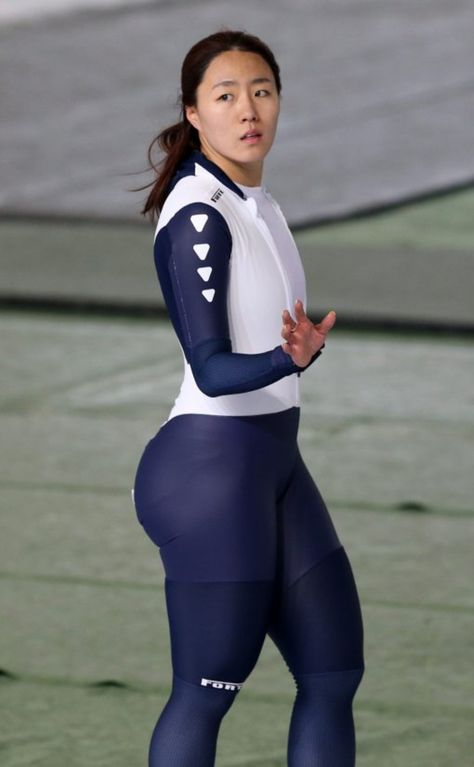 A South Korean speed skater Lee Sang Hwa is catching FIRE on social media. They're claiming that the Asian athlete has more CURVES than we're used to seeing. Beautiful Asian Women, Amazing Women, Athletic Models, Female Volleyball Players, Female Athletes, Sports Women, Asian Woman, Kpop Girls, Junk Drawer