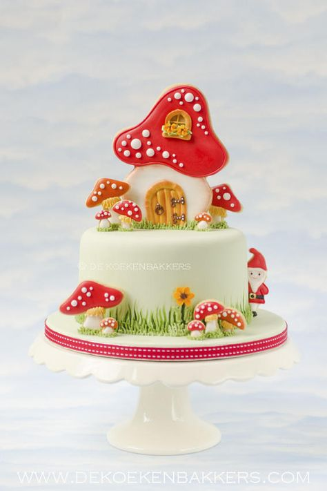 Holy cow this is adorbs. Probably couldn't manage it but it's super cute! Toadstool cake decorated with cookies.