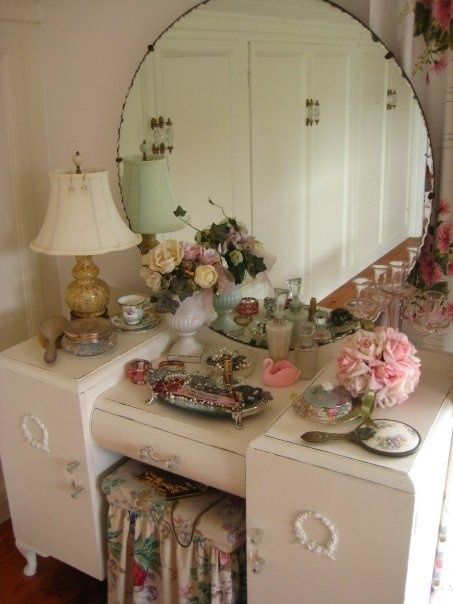 Shabby elegant office funiture combines exquisite style by using a humorous quality, coming from from vintage French office funiture. Shabby Chic Bedrooms, Shabby Chic Furniture, Shabby Chic Decor, Vintage Decor, Shabby Chic Vanity, Vanity Decor, Diy Furniture, Vintage Dressing Tables, Vintage Vanity Tables