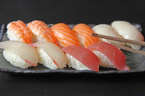 Zbiehajú sa vám po celom týždni na Nigiri slinky? 😊 Unagi, Tuna, Tilapia, Ibodai, Ebi a Sake na vás už čakajú. To nie sú mená našich sushi majstrov, ale Nigiri s rôznymi druhmi rýb, ktoré nájdete u nás. 😉 Ak vidíte ryby radšej v akváriu ako na tanieri, máme pre vás aj Nigiri s avokádom, praženým tofu či s vajíčkovou omeletou. <3