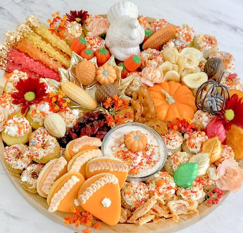 Dessert Board - mini cupcakes, donuts, candy, cookies and more! Perfect for groups. Thanksgiving 2020, Thanksgiving Desserts, Fall Desserts, Charcuterie Recipes, Charcuterie And Cheese Board, Cheese Boards, Party Food Platters, Party Trays, Halloween Snacks