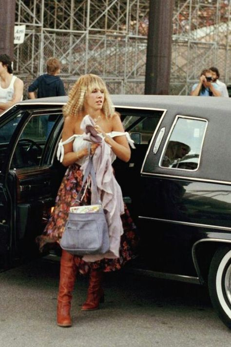 Stevie Nicks arrives before a Fleetwood Mac concert in Milwaukee September 1977 Lindsey Buckingham, Buckingham Nicks, 70s Fashion, Vintage Fashion, Witch Fashion, Heather Moss, Stevie Nicks Fleetwood Mac, My Sun And Stars, Look Vintage
