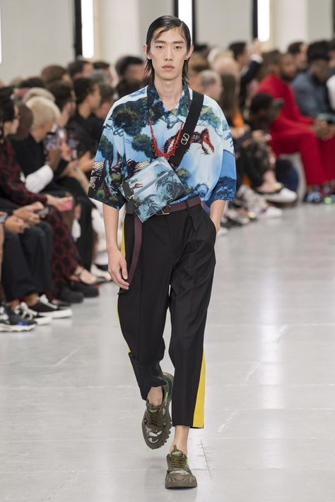 Valentino Spring 2020 Menswear collection, runway looks, beauty, models, and reviews.