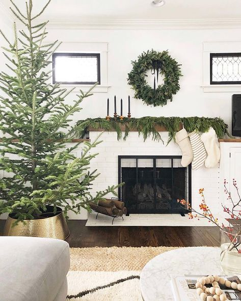 32 Popular Minimalist Winter Decor Ideas You Should Try - Weihnachten Ideen Natural Christmas Tree, Nordic Christmas, Christmas Mantels, Christmas Home, White Christmas, Christmas Decorations, Hygge Christmas, Minimalist Christmas Tree, Christmas Trees For Sale