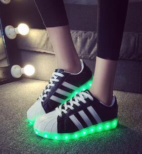 Pas cher Led lumineux chaussures 2015 Casual chaussures LED chaussures pour femmes et hommes mode adultes LED se allume USB charge chaussures Chaussure Lumineuse, Acheter  Femmes chaussures de sport de qualité directement des fournisseurs de Chine: