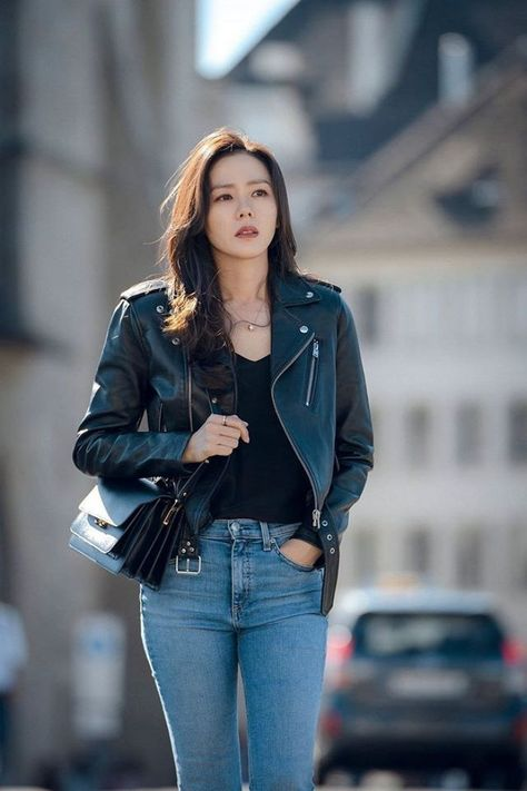 sister Sohn Ye-jin wearing a rider's jacket and popping jeans Young Fashion, Asian Fashion, Korean Actresses, Korean Actors, Korean Couple Photoshoot, Park Min Young, Riders Jacket, Winter Travel Outfit, Casual Outfits