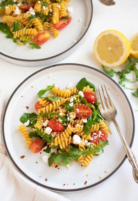 You need just a few ingredients and less than 30 minutes to make this healthy and flavorful Rotini Chickpea Pasta with arugula, cherry tomatoes & feta | rotini pasta recipes healthy | Chickpea pasta recipes | arugula pasta recipes | #chickpeapasta #barillachickpeapasta #rotinipasta | pipingpotcurry.com