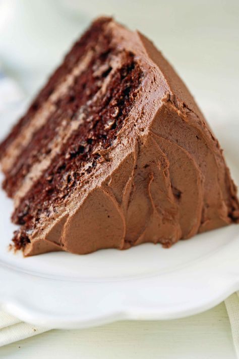 The BEST Chocolate Cake Recipe EVER. This popular chocolate cake is everyone's favorite. #chocolate #chocolatecake #cake #chocolatecakerecipe