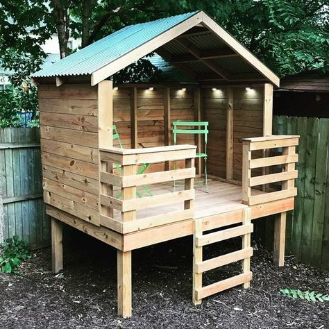 Backyard Play Spaces, Backyard Fort, Backyard For Kids, Diy Backyard Projects, Kids Outdoor Play, Backyard Movie, Pallet Tree Houses, Pallet House, Backyard Playhouse