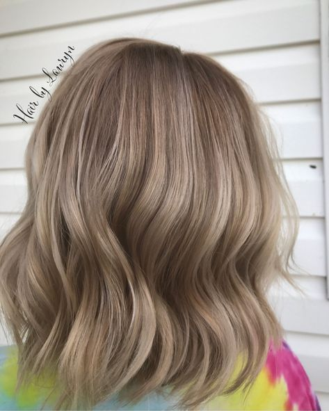 CREAMY DIMENSIONAL LOW LIGHTS #LowLights #BlondeBrunetteHair #SwirlHair #ShortHairStyle #WavyBlondeHair #BlondeAndBrown #FallBlondeHair #FallHairColor #BlondeColor #ColorMeBlonde #choppybob