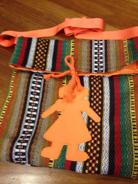 Bandolera fallera de manta morellana, forrada, aplique de fallera en patchwork. Disponibles en varios colores