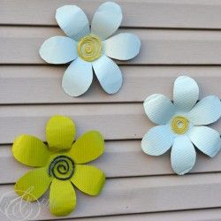 Tin flowers - need to make some of these for the back fence. Cute!