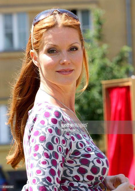 Esther Schweins (* 18. April 1970 in Oberhausen, Nordrhein-Westfalen) ist eine deutsche Schauspielerin und Regisseurin, die als Komikerin durch ihre Auftritte bei der Fernsehsendung RTL Samstag Nacht bekannt wurde. #startv Esther Schweins (* 18. April 1970 in Oberhausen, Nordrhein-Westfalen) ist eine deutsche Schauspielerin und Regisseurin, die als Komikerin durch ihre Auftritte bei der Fernsehsendung RTL Samstag Nacht bekannt wurde.