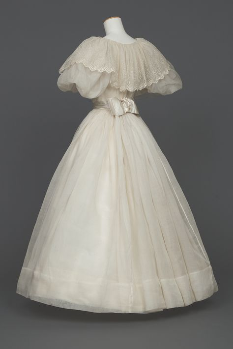 "WikiVictorian on Twitter: ""Wedding dress, 1895. Goldstein Museum of Design.… "" Antique Wedding Dresses, Vintage Gowns, Mode Vintage, Vintage Outfits, Dress Wedding, Old Fashioned Wedding Dresses, Vintage Hats, Old Fashion Dresses, Old Dresses"