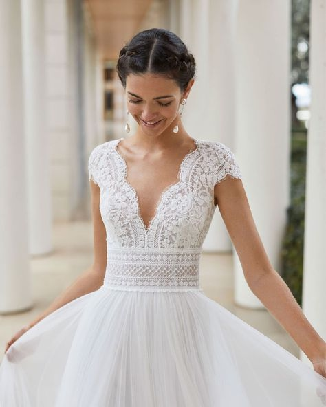 kleider kleider SAUCA Bridal Kollektion ROSA CLARA COUTURE Sleeved Wedding Dresses Boho-style wedding dress in lace and tulle. Deep-plunge neckline, Illusion back with tulle plumeti and short sleeve raglan. With hemstitch and lace details.