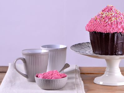 Receta | Cupcake gigante - canalcocina.es NOTAS: A Fer le ha encantado la receta del bizcocho. Solo he hecho el bizcocho y lo he cubierto con un glaseado de chocolate y relleno con nata y mermelada de frambuesa. Almíbar de vodka caramelo para remojar.  No abrir el horno pues se bajó un poco el bizcocho.