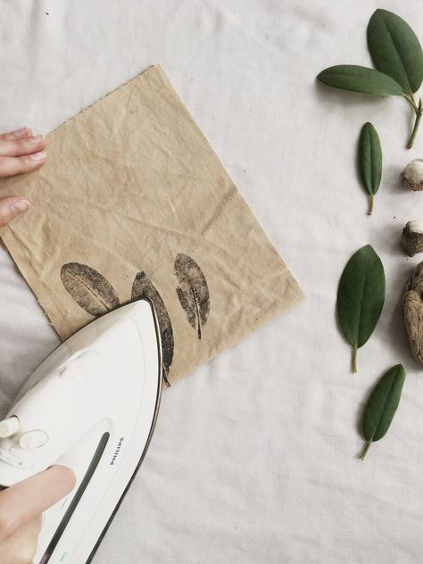 Eco printing How to print with plants onto fabric kaliko fabric painting Eco Fabric kaliko plants print printing Fabric Painting, Fabric Art, Diy Painting, Fabric Crafts, Linen Fabric, Natural Dye Fabric, Natural Dyeing, Fabric Stamping, How To Dye Fabric