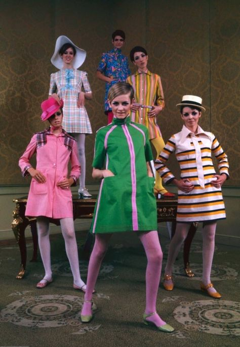 Twiggy poses with other models, all dressed in her fashion line, Photo by Mark Kauffman, The LIFE Magazine 1967