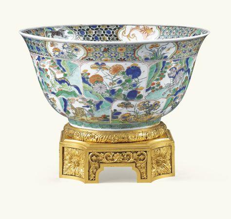 Coupe en porcelaine de Chine de la Famille Verte,dynastie Qing, époque Kangxi (1662-1722)sur une base en bronze doré de style Louis XVI. Sotheby's