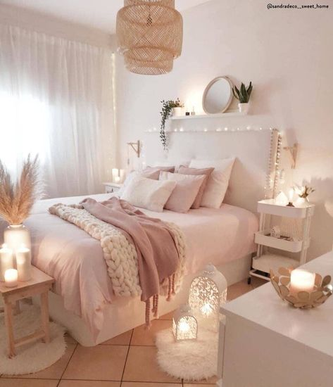 Romantico ed accogliente ✨ La camera da letto è il lugo del relax per eccellenza. Se ti piace lo stile romantico adorerai l'idea di usare colori chiari, tessuti morbidi, lucine, lanterne e tanto bianco e rosa. 📸 @sandradeco__sweet_home // Casa Idee Arredo Ragazza Arredamento Tumblr Ghirlanda Decorazione Shabby Moderna Piccola Pareti Armadio #cameradaletto