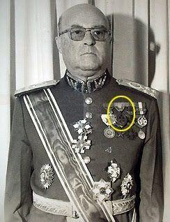 História Militar - O General Ernai Ayrosa da Silva ostentando sua Medalha Sangue do Brasil, recebida quando era capitão da Força Expedicionária Brasileira.