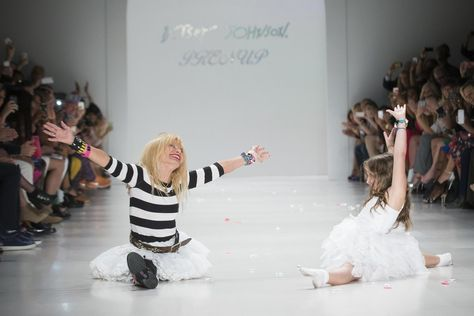Designer Betsy Johnson L Does A Cartwheel Split With Her Granddaughter During The Spring Summer 20 Blue By Betsey Johnson Pictures Of The Week Betsey Johnson