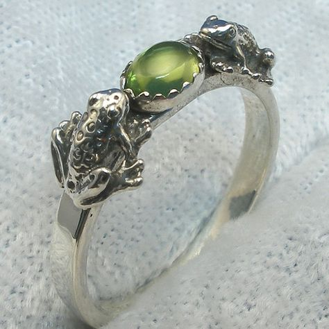 Frog Ring, Peridot Cab, Hand Crafted Recycled Sterling Silver, August birthstone, handmade 2 frogs r Cute Jewelry, Jewelry Accessories, Peridot Stone, Green Peridot, Turquoise Jewelry, Belt Buckles, Jewelery, Silver Rings, Sterling Silver