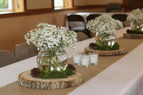 Fresh cut flowers in clear fishbowl vases sit atop thinly cut tree rounds on burlap table runners for this woodland baby shower. great for bridal showers Burlap Baby Showers, Deer Baby Showers, Baby Shower Table Decorations, Baby Shower Centerpieces, Bridal Decorations, Woodland Baby Shower Decor, Woodland Decor, Baby Shower Verde, Baby Shower Green
