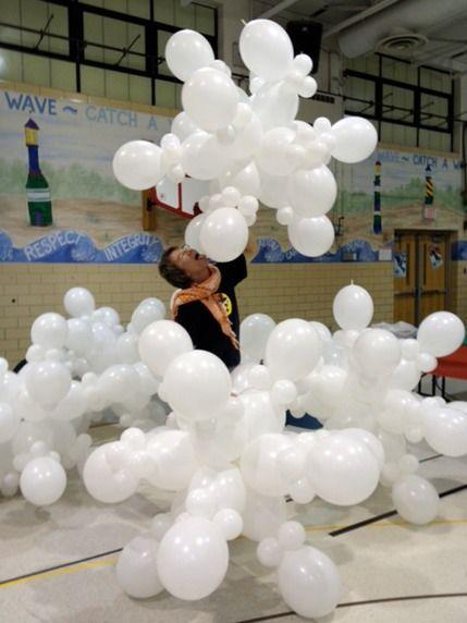 A giant snowflake out of balloons. I bet I could make this! Para una decoración de tema FROZEN