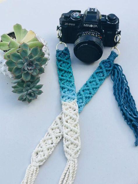 Macrame Wall Hanging Patterns, Yarn Wall Hanging, Macrame Patterns, Macrame Design, Macrame Art, Diy Camera Strap, Diy Purse Strap, Crochet Crafts, Crochet Projects