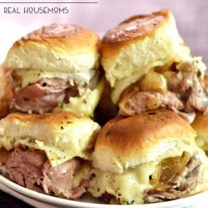 ROAST BEEF HORSERADISH CHEESE BAKED SLIDERS are our new favorite football food! The sweet caramelized onions against the savory roast beef and kick of the horseradish cheese make these sandwiches amazing! Sandwich Bar, Slider Sandwiches, Soup And Sandwich, Sandwich Recipes, Baked Sandwiches, Vegan Sandwiches, Roast Beef Deli Meat, Roast Beef Sliders, Roast Beef Sandwich