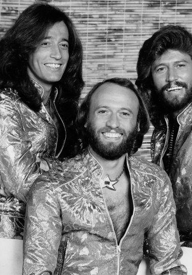 Bee Gees- tinha entorno de sete ou oito anos quando ouvia....meu pai colocava o disco de 'vinil' pra tocar, eu e minha irmã dançávamos em torno da mesinha de centro da sala dos meus avós paternos...bons tempos. Eles ainda fazem parte da minha vida!