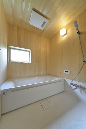 ヒバでしつらえた美しい浴室 木の香りに包まれてまるで旅館のお風呂の