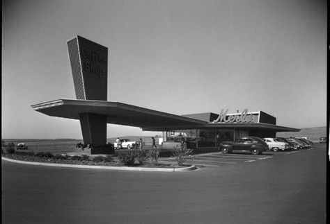 Doug White (photographer), The Famous Merle's Drive-in (Visalia), ca. 1950. Southern California Edison Photographs and Negatives. Huntington Library, Art Collections, and Botanical Gardens.