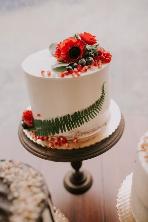Cake design with red flowers