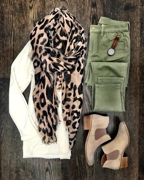 Ivory sweater, leopard scarf, olive pants and booties Looks Chic, Looks Style, My Style, Fall Winter Outfits, Autumn Winter Fashion, Casual Winter, Winter Scarf Outfit, Fall Work Outfits, Winter Dresses