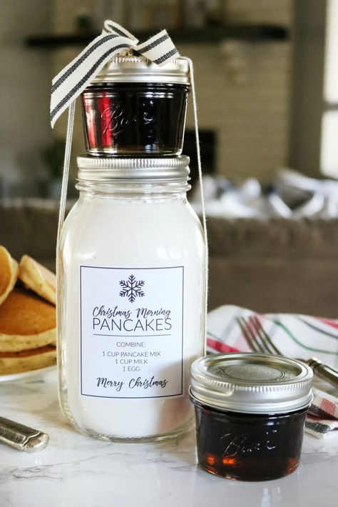 Looking for a fun holiday gift idea? This Christmas Morning Pancakes in a Jar Gift Idea with Printables is sure to make Christmas morning a hit! Neighbor Christmas Gifts, Easy Diy Christmas Gifts, Christmas Jars, Neighbor Gifts, Christmas Morning, Santa Gifts, Christmas Time, School Christmas Gifts, Diy Christmas Baskets