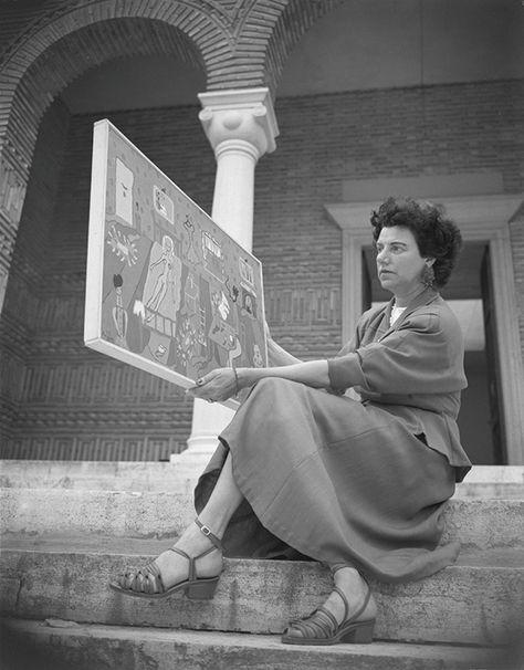 """Con la edición especial de una lapicera exquisita, Montblanc homenajea la vida y obra de Peggy Guggenheim, una de las coleccionistas más importantes del arte moderno. Según sus propias palabras,""""una mujer liberada antes de que hubiera un nombre para eso"""".  Peggy mostrando la obra Interior de su hija Pegeen Vail, en la escalinata del Pabellón Griego de la 24ª Bienal de Venecia (1948), donde se exhibió su colección."""