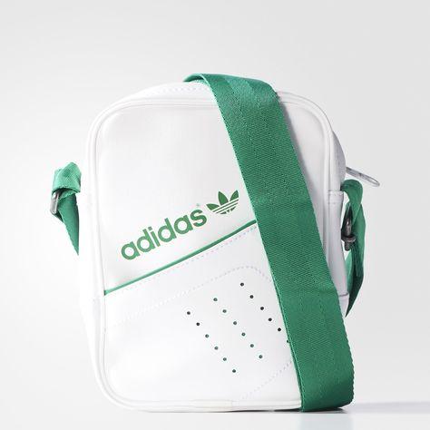 Las 3 bandas perforadas en el bolsillo frontal de este bolso se inspiran en  el estilo de las clásicas zapatillas adidas de tenis. 8e74ab3879c