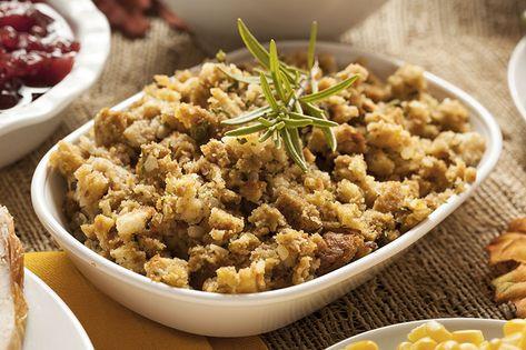 Il y a quelques jours, je vous expliquais comment cuisiner la Dinde de Thanksgiving ! Mais si vous voulez cuisiner la dinde de manière vraiment traditionnelle, il faut y associer le fameux stuffing, cette préparation qui va vous servir à fourrer la dinde et à lui donner son goût si ...
