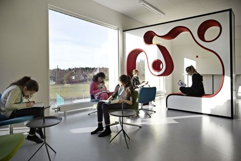 Multifunctional learning spaces, colourful interiors and small niches for concentration and contemplation. Rosan Bosch Studio has created an immaginative design for the newly built Vittra school Brotorp in Stockholm