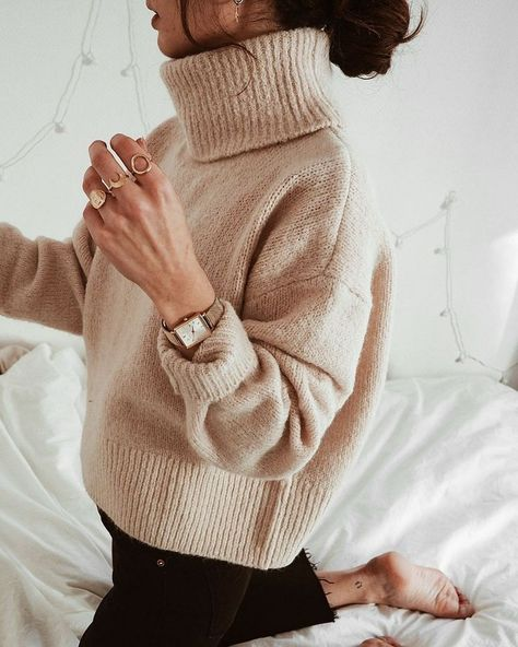 simple fall outfit inspiration and styling ideas | minimal autumn style inspo and outfits | oversized beige turtleneck with black pants and gold jewelry