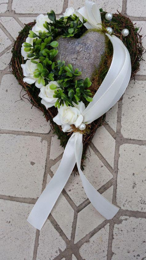 Trauerfloristik kann und darf genauso individuell sein wie einst der Mensch auch.  Pflanz-Herz Rebe  Maß ca. 20 x 24 cm  Verarbeitet wurden: - wunderschöne echt aussehende Rosen in creme -...