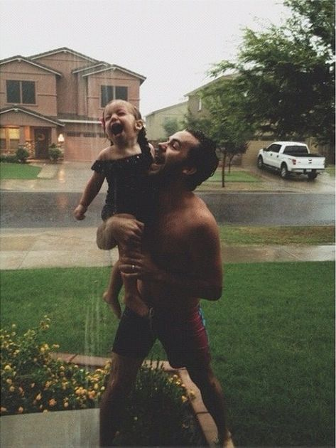 CUTIES // This is by far the CUTEST daddy daughter photo that I have ever seen. I want my daughter to have her daddy wrapped around her finger and do things like this. Cute Family, Baby Family, Family Goals, Family Life, Family Of 3, Cute Kids, Cute Babies, Foto Baby, Daddys Girl