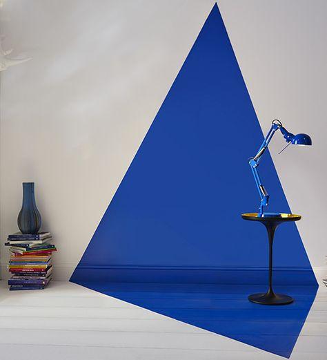 Bleu intense  Un motif géométrique qui court le long du mur pour se terminer sur le sol pour le côté graphique et un bleu profond qui donne l'impression d'être aspiré… Voila un coin lecture très original. http://www.castorama.fr/store/pages/idees-decoration-facile-jouer-peinture.html