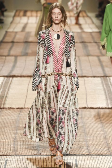 Etro Spring 2017 Ready-to-Wear collection, runway looks, beauty, models, and reviews.